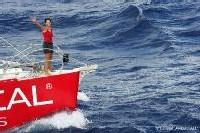 Maud Fontenoy franchit la ligne d'arrivée à bord de son voilier