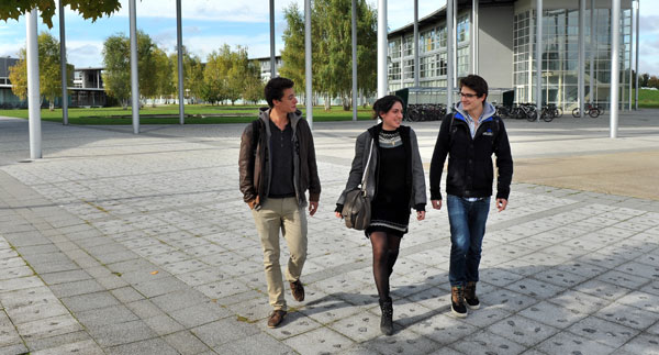 Etudiants sur le campus de l'Université technologique de Troyes (UTT). © Philippe Lemoine