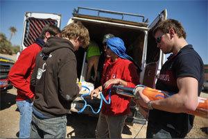 Des concurrents participent à l'éco-challenge sur le 4L Trophy.