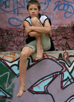 Artem, 14 ans, devant «Way Home», le foyer pour enfants des rues où il habite à Odessa, en Ukraine. Il y reçoit de la nourriture, un hébergement, des cours d'alphabétisation et de sensibilisation au VIH/sida. (UNICEF/G. Pirozzi)