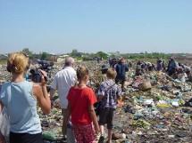 La famille Cherisey sur une décharge d'ordures.