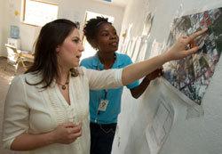 """Une diplômée (à g.) des Centres du Rotary pour la paix  travaille en Haïti pour  """"Habitat for Humanity"""".  © Rotary International"""
