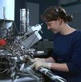 Une jeune fille ingénieur méthodes.