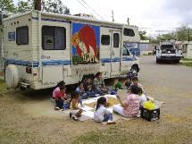 Les éducateurs proposent des activités aux enfants souvent livrés à eux-mêmes.