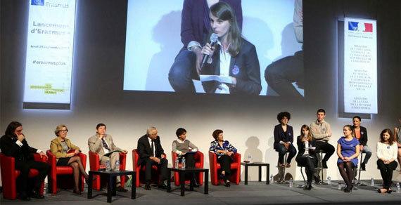Cédric Villani et quatre ministres français ainsi que la commissaire européenne lancent Erasmus+ en présence de jeunes étant partis à l'étranger. (Photo : Cité intenationale / Twitter)