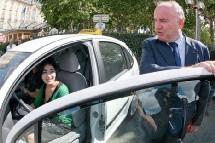 Dominique Bussereau, secrétaire d'Etat aux transports avec une bénéficiaire.