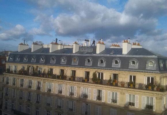 Deux snipers sur le toit d'un immeuble du boulevard Voltaire, durant la manifestation. © reussirmavie.net