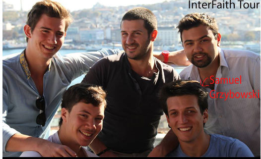 Josselin, Ilan, Victor, Ismaël et Samuel devant la Mosquée bleue à Istanbul lors de leur tour du monde, le projet InterFaith Tour. Crédit photo : www.interfaithtour.com/