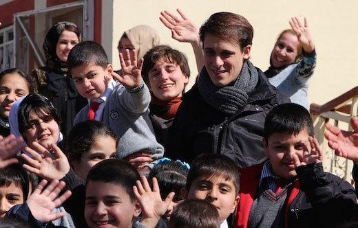 Grégory Turpin avec des enfants de Kirkouk. Photo : Fraternité Irak