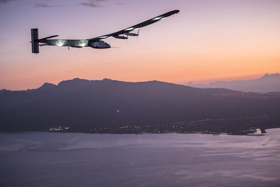 Le Solar Impulse 2 approche des côtes d'Hawaï le 3 juillet 2015 au matin.