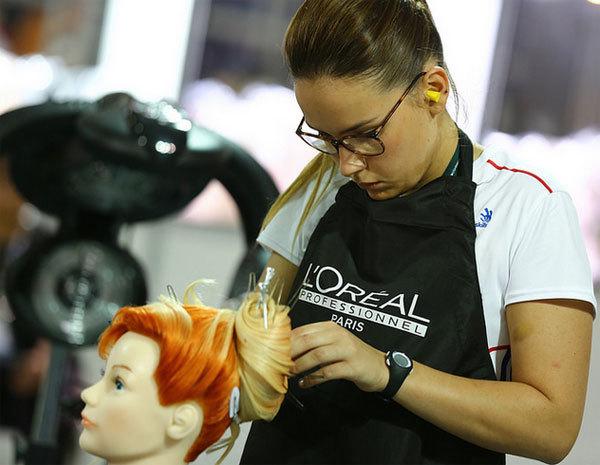 Justine Gaubert, médaille d'argent en coiffure, durant son épreuve à Sao Paulo.