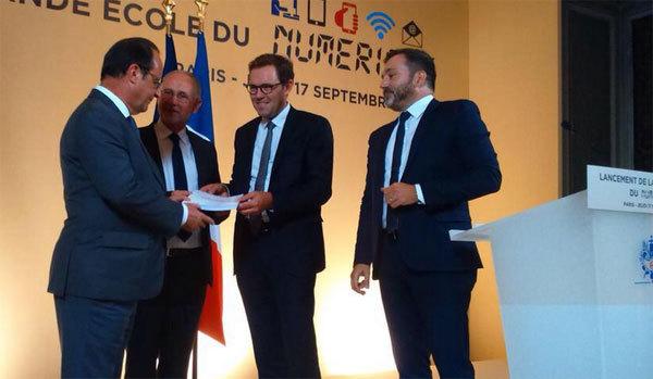 François Hollance reçoit le rapport sur la grande école du numérique, le 17 septembre 2015.