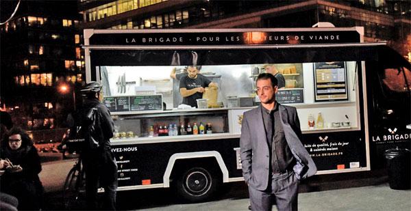 """Adrien Denis, fondateur de Cervi, devant le food truck """"La Brigade""""."""