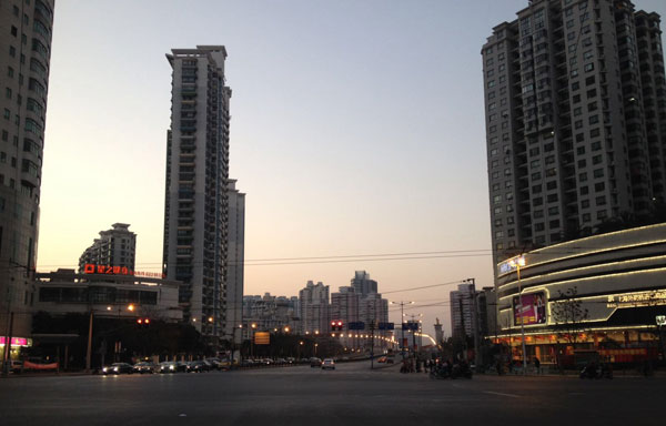 Des rues désertes et un ciel enfin dégagé des fumées des usines.