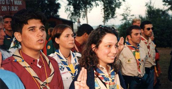 Scouts et guides lors du rassemblement scout mondial de 1996. Photo : Jörg Bürgis / Wikimédia