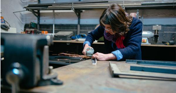 Dans l'atelier métal d'Ici Montreuil. Crédit : Julien Dominguez.