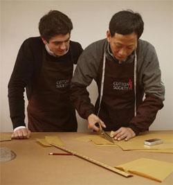 Dans l'atelier de Shanghai, on coupe chaque chemise à la main.