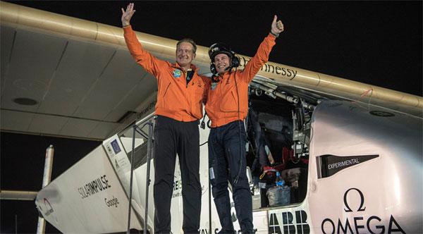 Les deux pilotes Bertrand Piccard et André Borschberg à l'arrivée de leur tour du monde.