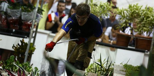 Candidat lors d'une épreuve de jardinerie-paysagisme lors des Olympiades des métiers.