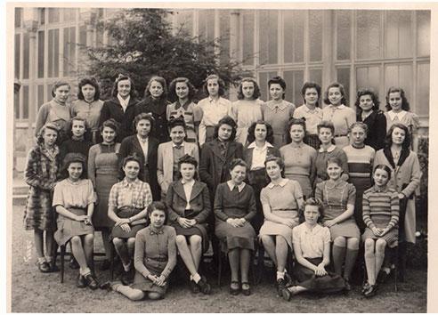 """Photo de la classe de Louise Pikovsky (2ème en partant de la droite au 1er rang). Source : """"Si je reviens un jour""""."""