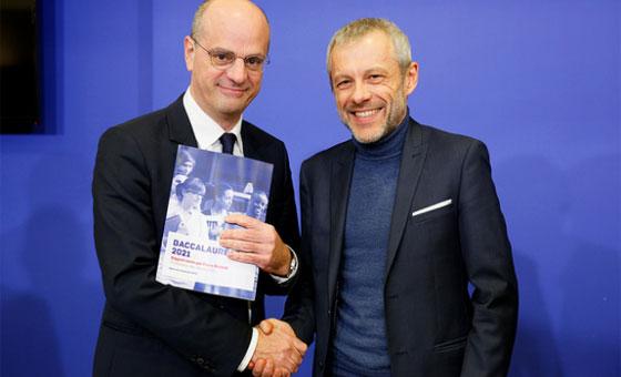 Jean-Michel Blanquer (à g.) reçoit le rapport remis par Pierre Mathiot © MEN / Philippe Devernay
