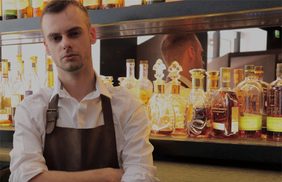 Simon Quentin, apprenti barman sur les Champs-Elysées, se forme à  l'Ecole Médéric à Paris