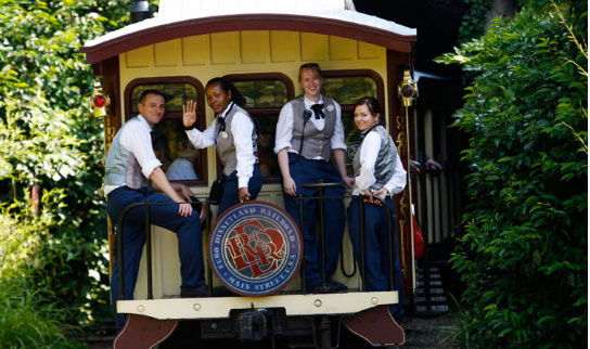 Jeunes animateurs d'attraction. Photo : Disneylandparis-news.com