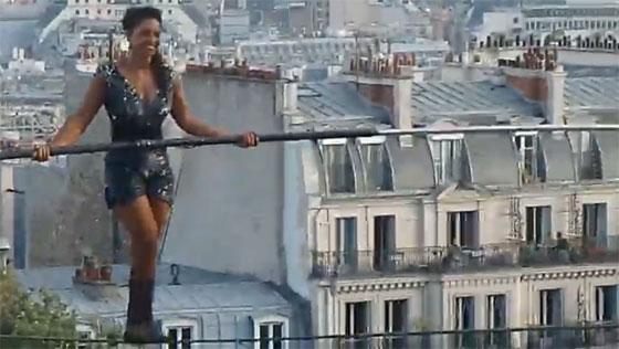 La funambule Tatiana-Mosio Bogonga au-dessus du Sacré-Coeur de Montmartre en juillet 2018.