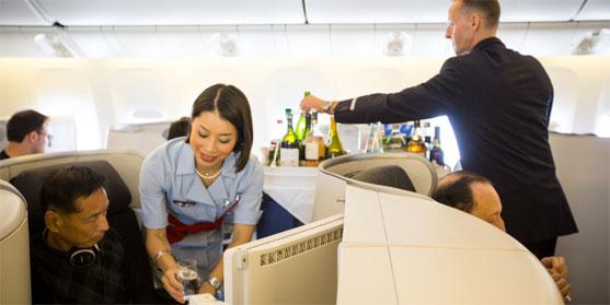 Personnels navigants commerciaux (PNC) - hôtesse et steward - au service des passagers © Air France