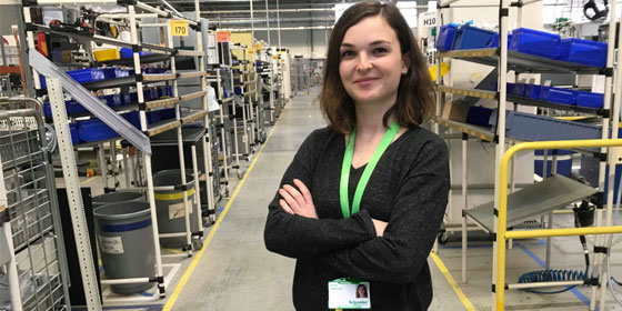 Estelle sur son lieu de travail, dans l'usine où elle est apprentie ingénieure. © SETBT - Schneider Electric