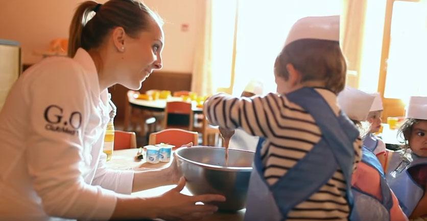 Chloé, en job saisonnier dans un baby-club. © capture vidéo Club Med