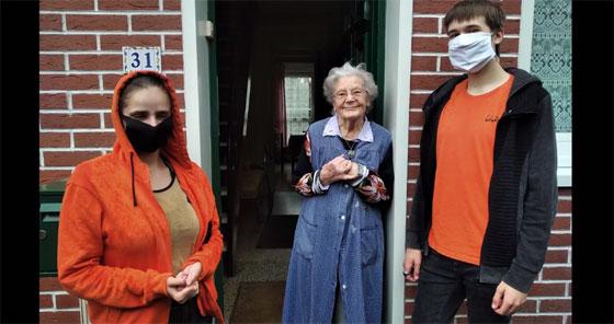 Des volontaires d'Unis-Cité Coeur de Flandre en visite à une personne âgée isolée. © Capture écran Youtube Unis-Cité