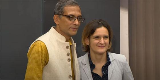 Esther Duflo et son mari Abhijit Banerjee, en 2019 à la tribune du MIT après l'annonce de leur Prix Nobel d'économie. © capture d'écran Youtube / MIT