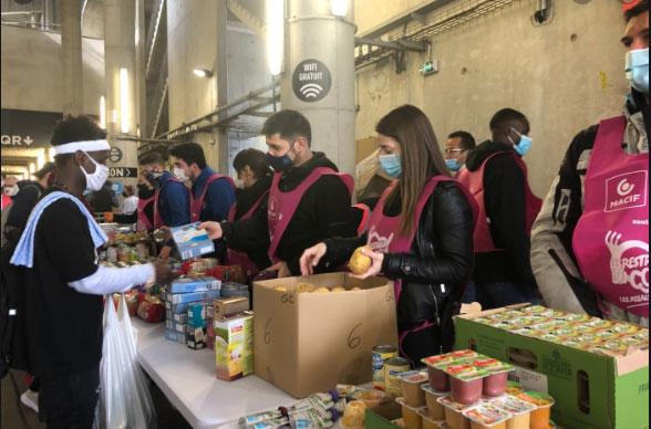 Distribution alimentaire par les Restos du Coeur, au vélodrome de Marseille, le 26 mars. © madeinmarseille