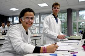 Etudiants dans les labos d'HEI.