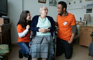 Des jeunes volontaires d'Unis-Cité avec une personne âgée