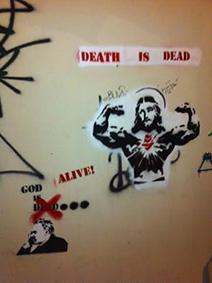 """""""La mort est morte"""" tag réalisé par l'atelier d'action de rue au matin de Pâques"""
