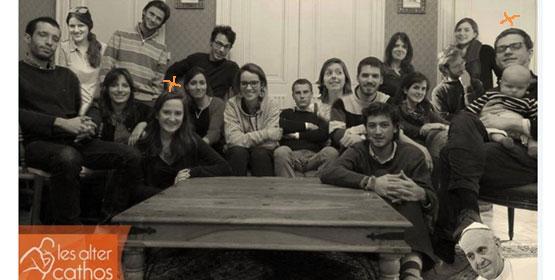 Parmi les AlterCathos, Marguerite Saccoman et Paul Colrat, le fondateur, son bébé dans les bras.
