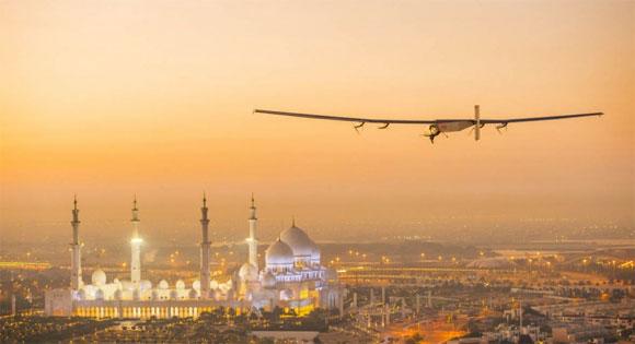 Solar Impulse 2 au-dessus d'Abu Dhabi