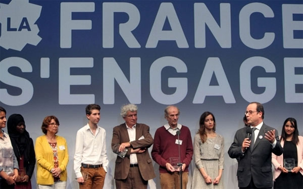 François Hollande et une partie des 15 lauréats, le 22 juin 2015. Photo : Hervé Hamon