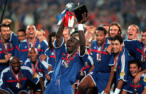 Lilian Thuram portant le trophée de la coupe d'Europe de football, le 2 juillet 2000. Photo : Getty Images