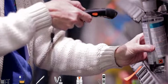 Un inventoriste scanne des articles dans un magasin. Image : groupe Ivalis