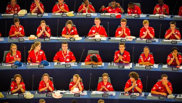 Les scouts présentent leur résolution au Parlement européen © Claude Truong-Ngoc