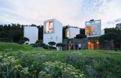 La Maison L, à Louveciennes, rattachée à une orangerie du 18ème, et conçue comme un village de tours