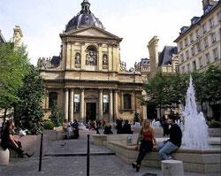 Devant la Sorbonne.