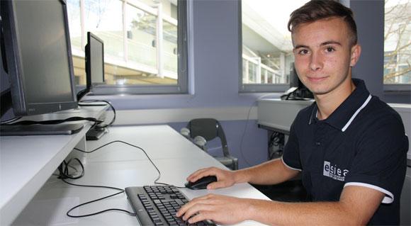 Arthur Boron dans les locaux de l'ESIEA, l'école d'ingénieurs qu'il a intégrée à 16 ans.