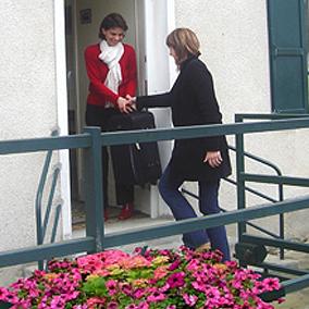 Accueil d'une jeune femme à la maison Tom Pouce de Seine-et-Marne