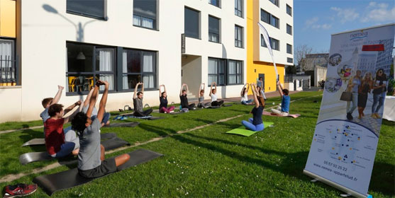 Cours de fitness devant une résidence étudiante Résid'Etud.