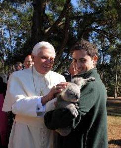 Benoît XVI caresse un koala © WYD 2008