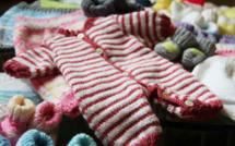 Des étudiantes en textile tricotent pour des prématurés